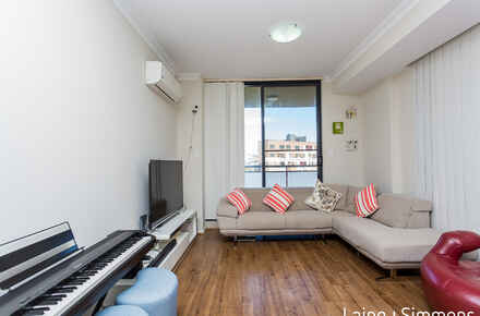 61@76-84 Railway Terrace - living.jpg